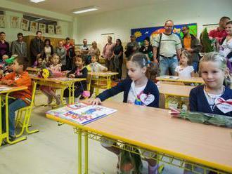 Rodičia prvákov získajú príspevok na nákup školských potrieb, 100 eur dostanú automaticky