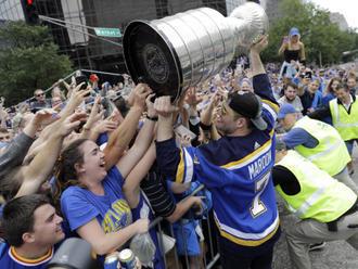 S hokejisty Blues slavily v dešti v St. Louis stovky tisíc lidí