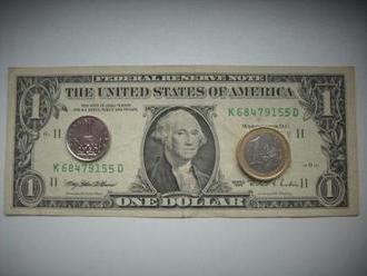 Koruna dnes mírně posilovala k euru i dolaru