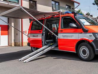 Variabilní dopravní automobil Volkswagen Transporter do Lomnice nad Popelkou dodala firma Hagemann