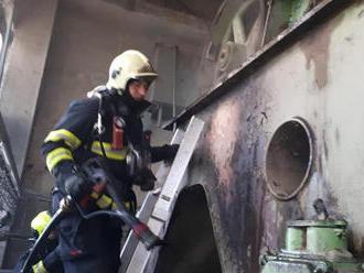 Několik jednotek hasičů likviduje požár haly vTuněchodech na Chrudimsku, jedná se opožár drtičky…
