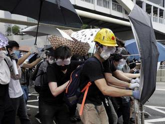 Petíciu proti zákroku polície v Hongkongu podpísalo 30.000 ľudí