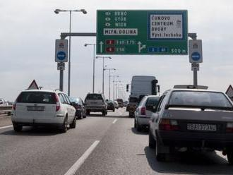 VODIČI, POZOR: Na Prístavnom moste v Bratislave sa zrazili tri autá