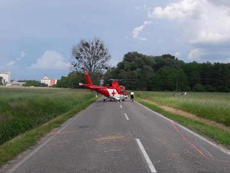 Záchranári leteli na pomoc mužovi, ktorého v Makove zavalil strom
