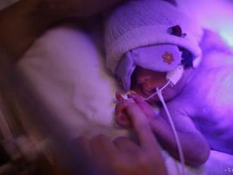 Zomrelo bábätko, vyrezané z maternice svojej zavraždenej matky