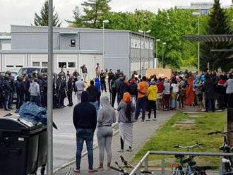 Polícia našla v súkromnom dome v Bosne 130 migrantov