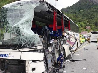 Pri hromadnej dopravnej nehode v Indonézii zahynulo 12 ľudí