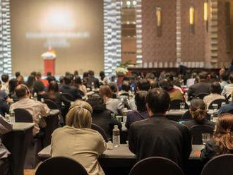 Tlmočenie na konferenciách je stále nutnosťou. Viete, ako sme na tom v EU a u nás so znalosťou cudzí