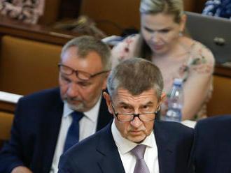 Vládu dnes čeká hlasování o nedůvěře, ČSSD si klade podmínky