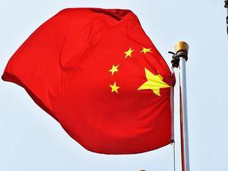 V Číne sa časť mosta zrútila do rieky, dve osoby sú nezvestné