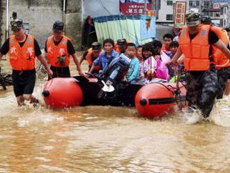 Video: Silné dažde v Číne zničili tisíce domov, spôsobili aj záplavy a zosuvy bahna