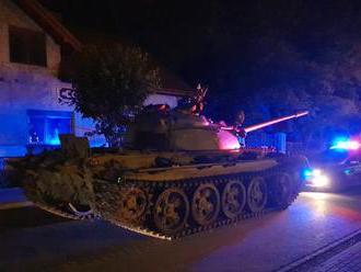 Policisté v Polsku se s osobním autem postavili do cesty opilci v tanku T–55