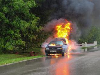 Horiace zaparkované auto poškodilo budovu. Kto zaplatí škodu?
