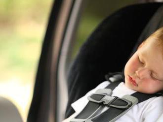 VIDEO: Zatvorené dieťa v aute? Pozrite si, ako rýchlo rozbiť okno