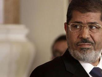 Egyptského exprezidenta Mursího deň po skone v súdnej sieni v tichosti pochovali