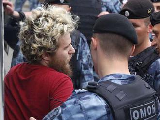 Počas pochodu na podporu novinára Golunova zadržali takmer 550 ľudí
