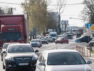 Premávka v Bratislave a na príjazdových komunikáciách je spomalená