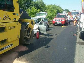 Po zrážke vozidiel na diaľnici D1 zasiahol na mieste vrtuľník