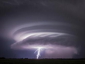 V Tatrách, na Orave a Zamagurí sú intenzívne búrky s krúpami, platí viacero výstrah