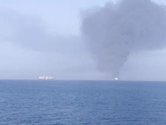 MIMORIADNE Ropné tankery v Ománskom zálive sa stali terčom útoku: Americké námorníctvo v akcii