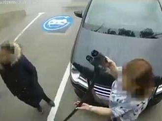 Toto VIDEO baví celý svet: Ženy chceli nabíjačkou na elektromobily nafúkať pneumatiky