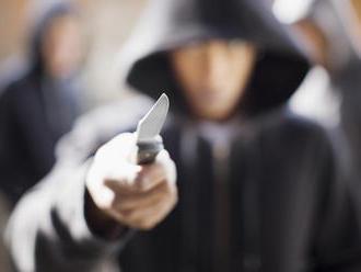 Opitý tínedžer naháňal s nožom v ruke len desaťročného chlapca a vyhrážal sa mu zabitím