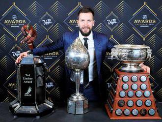 """Video: V NHL rozdali 16 individuálnych trofejí, najviac si ich odniesol kanonier """"bleskov̶"""