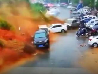 VIDEO: Masívny zosuv pôdy so sebou strhol celé parkovisko, pri nešťastí zahynul človek