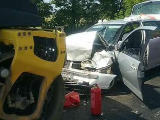 Vážna nehoda na D1, vodič s dieťaťom narazil do cestárov, zasahoval vrtuľník