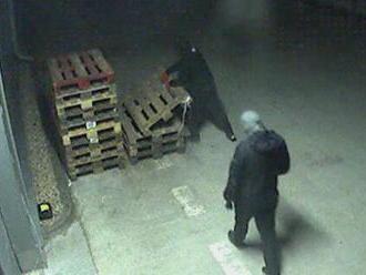 Polícia zverejnila video z krádeže v Leviciach. Takto sa zlodeji prebúrali do elektro predajne