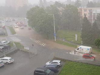 Búrky sa valia východom: V Prešove zatopilo ulice, pri Levoči diaľnicu D1