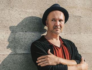 Daniel Kuciak zverejnil lyric video k letnej novinke Nájsť seba