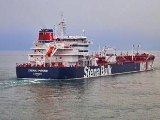Posádka zadrženého tankeru je v pořádku, Británie zvažuje sankce