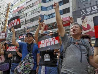 Protivládní demonstranti v Hongkongu poničili čínský státní znak