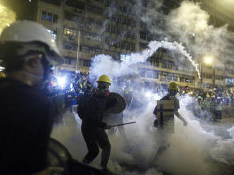 V Hongkongu rozháněli protesty slzným plynem a gumovými náboji