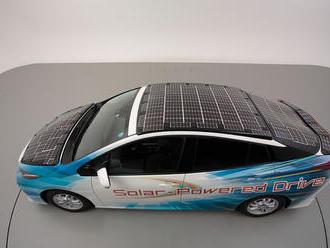 Toyota představila elektromobil se solárními panely, doplní až 16 tisíc km ročně