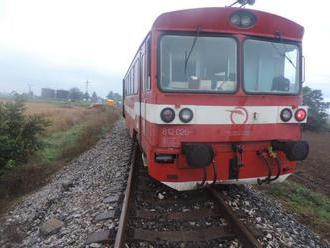Pri zrážke vlaku s osobným autom zomreli štyria ľudia