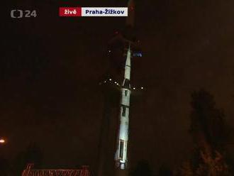 Start rakety Saturn V promítnutý na Žižkovskou věž.