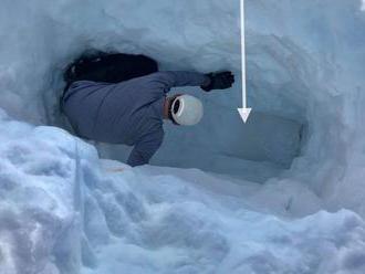 Technik Tesly loni pohřbil Jeep pod tři metry sněhu, dojel si pro něj až teď