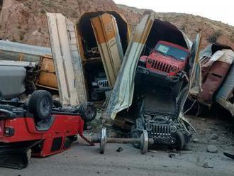 Vykolejení vlaku a 33 vagonů zničilo úplně nová auta mířící k zákazníkům