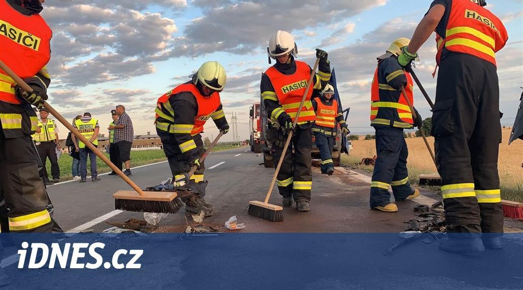 Tři mrtví na Olomoucku, u Dubu nad Moravou se v podvečer srazila čtyři auta