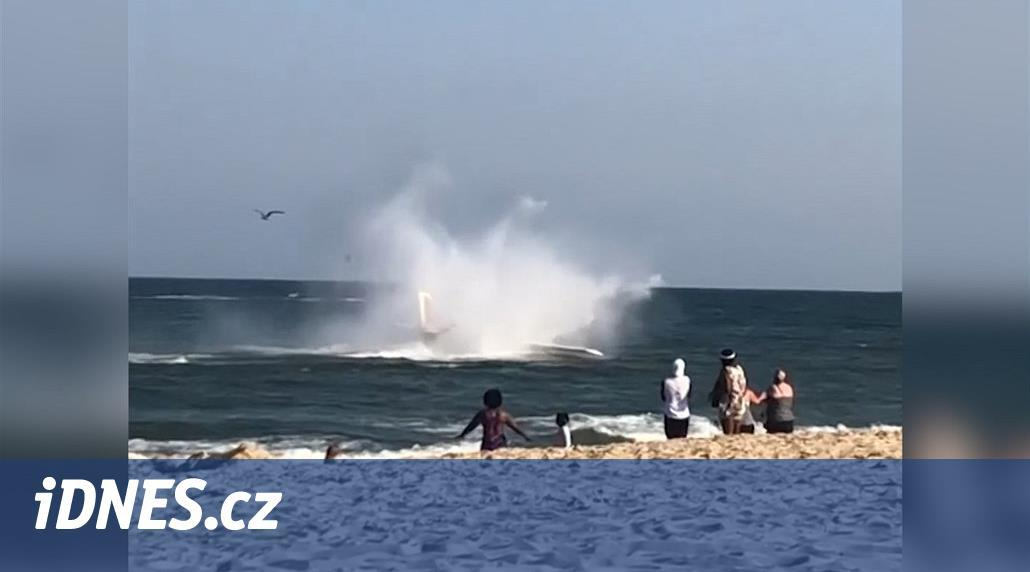 VIDEO: Americkému letadélku vypovídal motor, přistálo na moři u pláže
