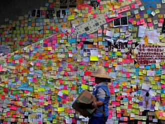 V Hongkongu sa objavili tzv. Lennonove múry, prostestujúci niesli truhlu Lamovej