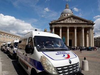 Ilegálni migranti obsadili Panteón v Paríži