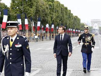 Macrona na Champs-Élysées vypískali demonštranti