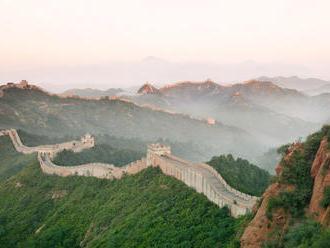 V Číne kameň po kameni opravujú Veľký múr