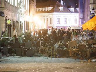 Veľká bitka v centre Bratislavy, polícia nasadila ťažkoodencov