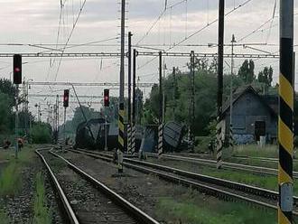 FOTO: V Trnovci nad Váhom sa vykoľajil nákladný vlak, do zajtra tadiaľ nepôjdu vlaky