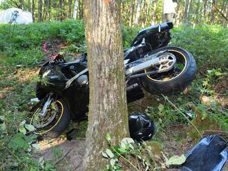 Foto: Motocyklista nezvládol zákrutu a vyletel z cesty, polícia hľadá svedkov nehody