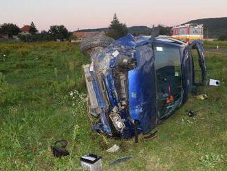 Foto: Vodič v miernej zákrute neprispôsobil rýchlosť, auto vyletelo z cesty a prevrátilo sa